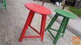 Samostoječe lesene mize već barv