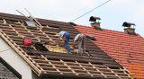 tesarje za izdelavo nove strehe, rušitev dimnika in žlebove
